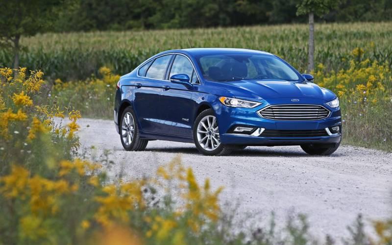 distance view Ford Fusion Platinum Hybrid 2018.jpg